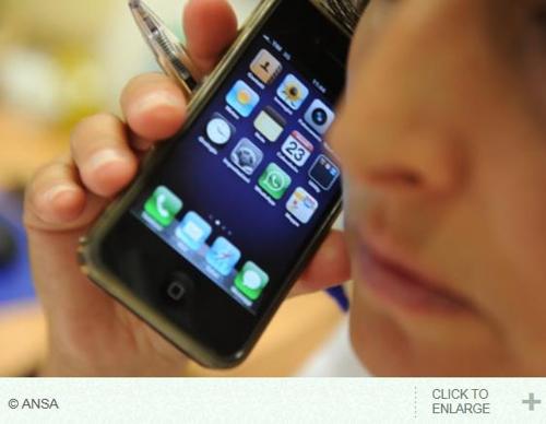 휴대전화를 사용하는 남성 [출처: 이탈리아 뉴스통신 ANSA 홈페이지]