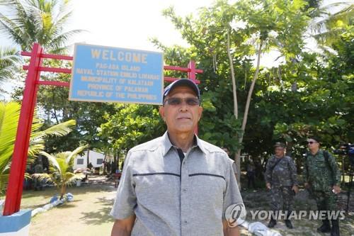 21일 남중국해 티투 섬을 방문한 로렌자나 필리핀 국방장관[AP=연합뉴스]