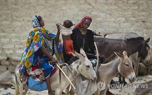 당나귀를 타고 이동하는 아프리카인들 [AP=연합뉴스 자료사진]