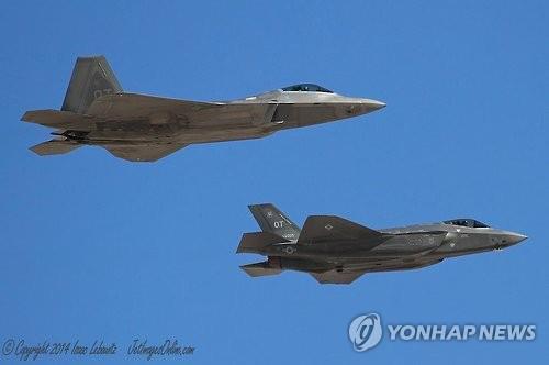 비행하는 미국 스텔스기 F-22·F-35
