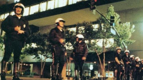 LA 폭동 당시 줄지어 선 경찰