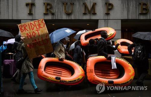 뉴욕 트럼프타워 앞 反이민정책 반대시위