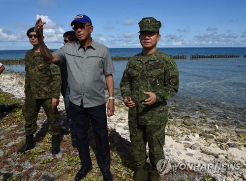 티투 섬을 방문한 필리핀 국방장관[AFP=연합뉴스]