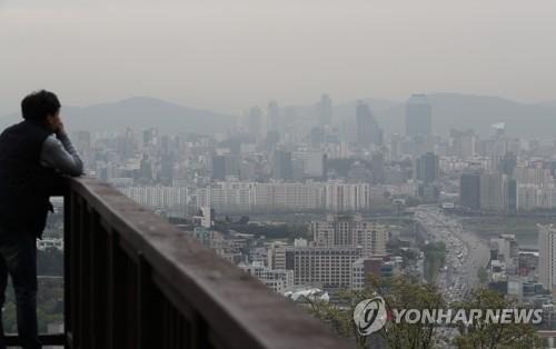 미세먼지로 뿌연 서울