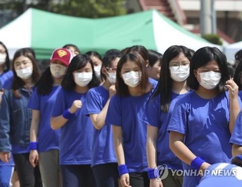 미세먼지 탓에 마스크를 쓰고 운동회에 참여하는 학생들