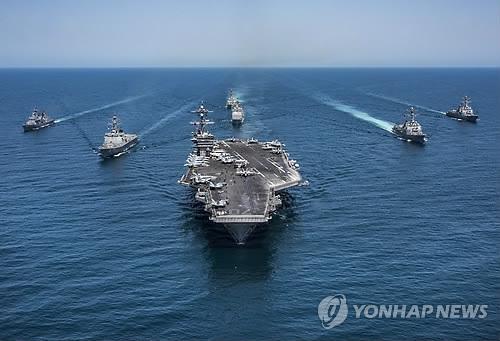 우리 해군과 합동훈련 중인 미 항모 칼빈슨(가운데)[EPA=연합뉴스 자료 사진]