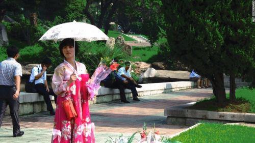 北 평양 김일성 동상 부근에서 꽃파는 여성 [중국 북경신보망 캡처]