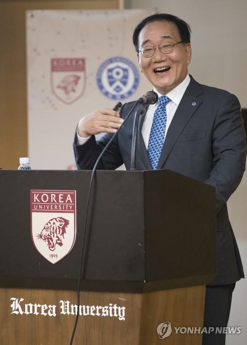 고려대에서 강연하는 김용학 총장