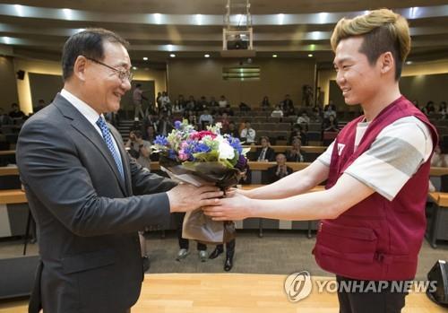 꽃 받는 김용학 총장