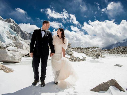 등산화를 신고 베이스캠프 결혼식장으로 가는 美 커플