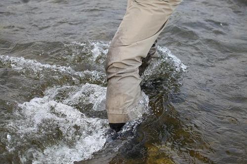 바지 장화를 입고 강한 물살을 이겨내야 하는 플라이 낚시(성연재 기자)
