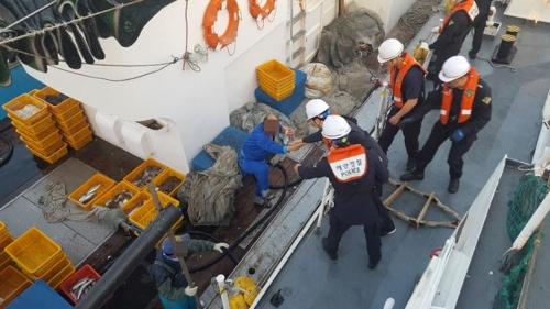 물고기에 쏘인 뒤 마비 일으킨 선원 이송 [통영해경 제공=연합뉴스]