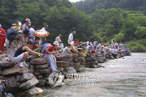 농다리 축제의 견지낚시대회 [연합뉴스 자료사진]