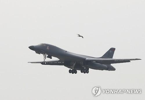오산 상공에 나타난 미 공군 B-1B 전략폭격기 랜서[연합뉴스 자료 사진]