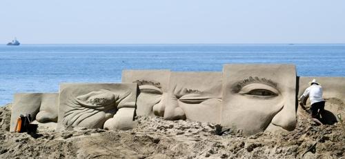 해운대모래축제에서 만나는 대형 모래조각 [부산 해운대구 제공=연합뉴스]