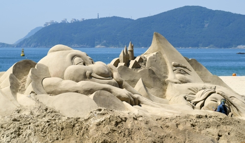 해운대모래축제 준비 한창 [부산 해운대구 제공=연합뉴스]