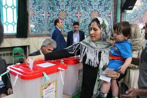 대통령 선거에 한 표 행사하는 이란 유권자