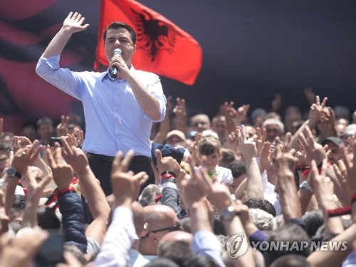 장외 투쟁을 벌이고 있는 알바니아 야당 민주당의 바샤 대표 [EPA=연합뉴스]