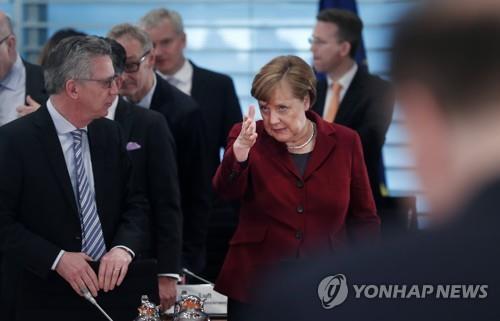 메르켈 총리, 내무장관(왼쪽)에 '그 방향으로' [EPA=연합뉴스]