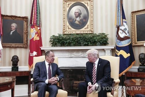 트럼프 미국 대통령(오른쪽)과 러시아 외무장관 [AFP=연합뉴스 자료사진]