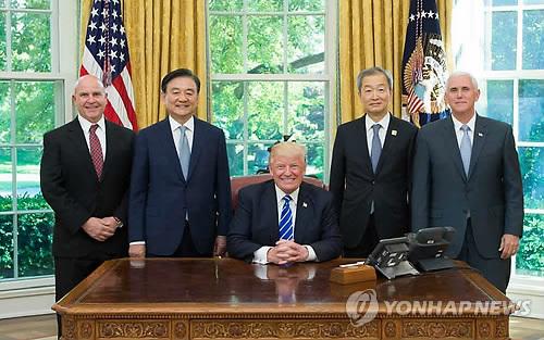 도널드 트럼프 미국 대통령 만난 홍석현 대미특사(좌측서 두번째)