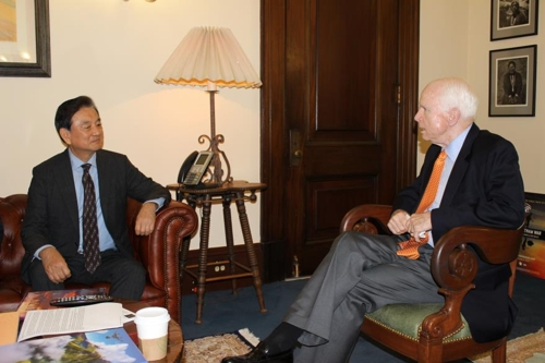 홍석현 대미 특사(좌)와 존 매케인 상원 군사위원장