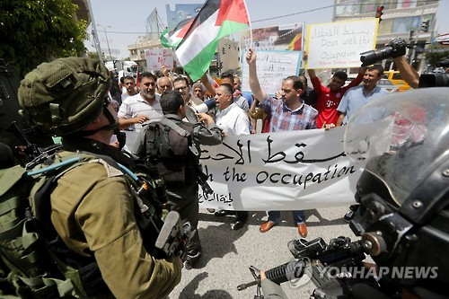 이스라엘 군인과 팔레스타인인들 [EPA=연합뉴스 자료사진]