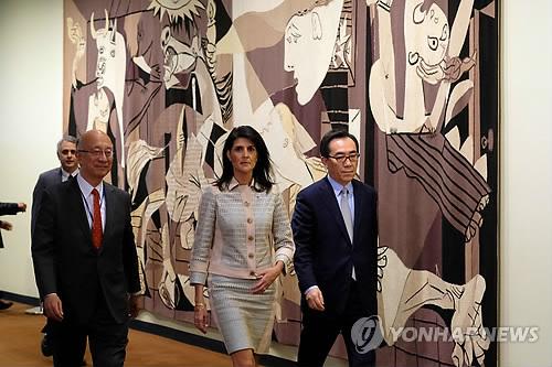 유엔 안보리 회의에 참석하는 헤일리 유엔 주재 미국대사(가운데)