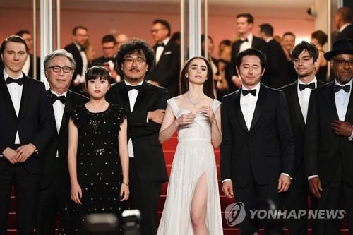 19일 레드카펫 위에 선 '옥자'의 봉준호 감독과 배우들