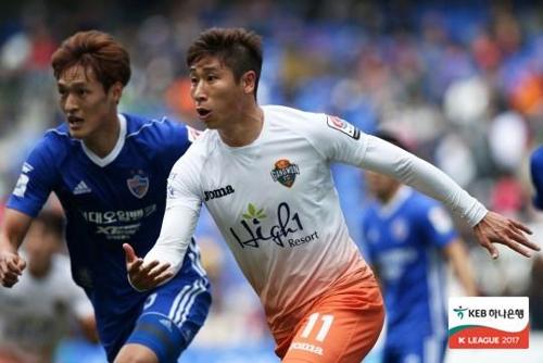 강원 FC의 돌풍 이끈 공격수 이근호(오른쪽) [프로축구연맹 제공=연합뉴스]