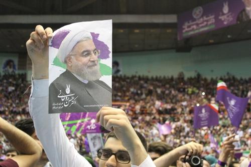 하산 로하니 대통령의 포스터를 든 지지자