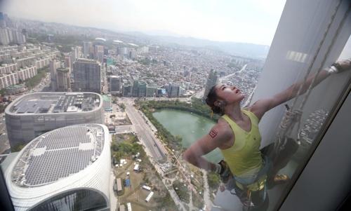 서울 잠실 롯데월드타워 123층 등반에 성공한 김자인 선수