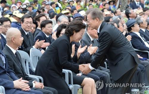 눈시울 붉어진 권여사-삭발등장 건호씨…감격과 회한 교차