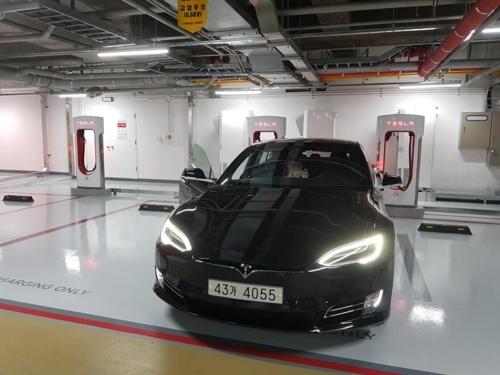 삼성동 그랜드인터컨티넨탈호텔 지하주차장에 설치된 테슬라 '국내 1호 슈퍼차저'