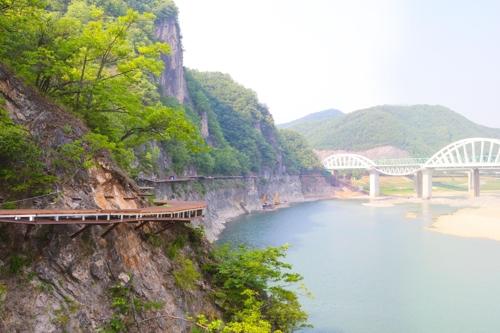 7월 개통하는 단양 남한강변 잔도[단양군 제공=연합뉴스]