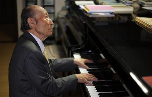 피아노 연주하는 제갈 교수