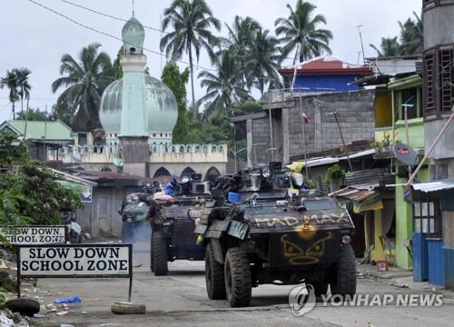 필리핀 마라위 시에 투입된 계엄군 탱크[EPA=연합뉴스]