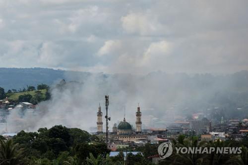 정부군 공습으로 연기가 피어오르는 필리핀 마라위 시[AFP=연합뉴스]
