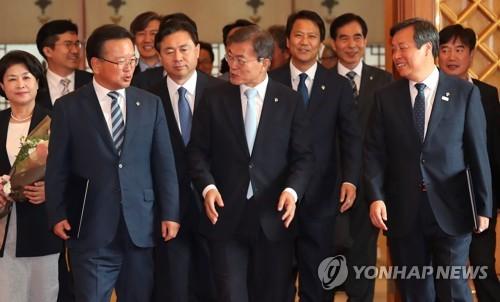 문 대통령, 임명된 장관들과 이동