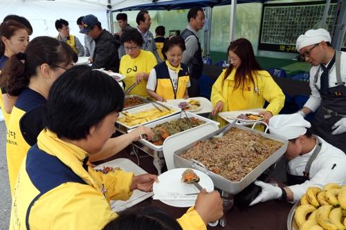 전남 목포신항서 세월호 유가족에게 급식 봉사하는 현대삼호중공업 관계자들.