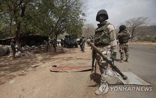 보코하람 근거지 주변에서 경비를 서는 나이지리아 정부군[AP=연합뉴스 자료사진]