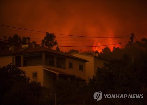 산불로 화염에 휩싸인 포르투갈 중부 마을 [AFP=연합뉴스]