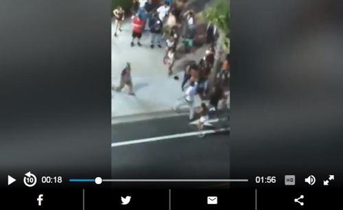 총격범이 일어나 군중을 향해 총을 겨누는 장면
