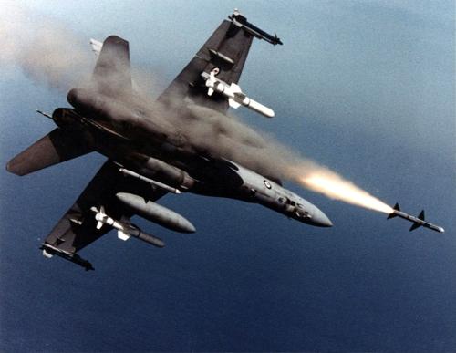 공대공 미사일을 발사하는 미 해군의 F/A-18 전투기[위키미디어 제제공]