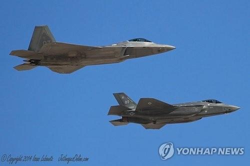 나란히 비행 중인 미국의 F-22(왼쪽)와 F-35A 스텔스 전투기[미 국방부 제공]