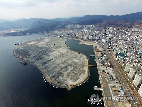 마산해양신도시와 바로 맞은편 서항지구. [연합뉴스 자료사진]