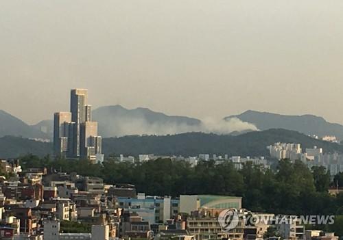 지난 5일 서울 삼성산에 난 산불 [연합뉴스 자료사진]