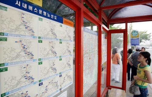 창원 시내버스 노선도 보는 시민. [연합뉴스 자료사진]