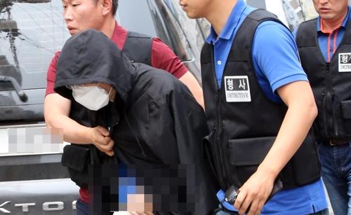 현장검증을 하기위해 인터넷 기사 살인 사건 피의자가 범행현장으로 향하는 모습.