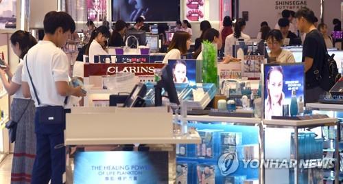 외국인 관광객으로 붐비는 국내 면세점